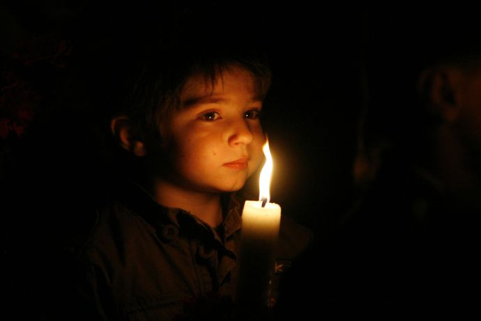 lumina-invierii-sabatoarea-pascala-copil-care-ia-lumina-invierii