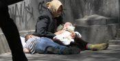 De ce doarme copilul din braţele cerşetoarei